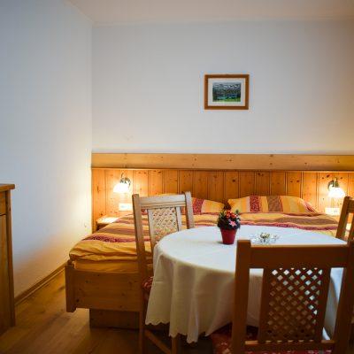 Schlafraum mit Ehebett und Sitzgruppe