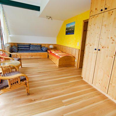 Unser Panoramawohnraum mit neuem Parkettboden und renovierten Bettmöbel