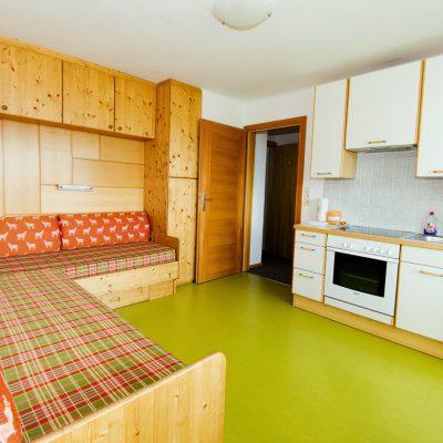 Neue Tapezierung und neuer Boden in unserer modernen Wohnküche